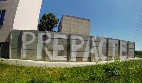 Imagen del muro de Zapad con una pintada que dice «perdón».