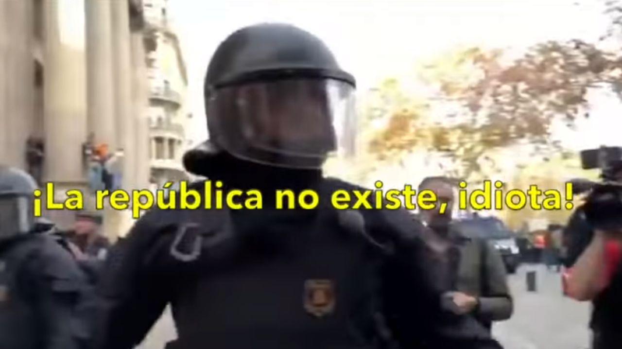 «¡La república no existe, idiota!».Portal del edificio donde fue hallada muerta una mujer de 53 años, en la localidad gerundense de Bañolas