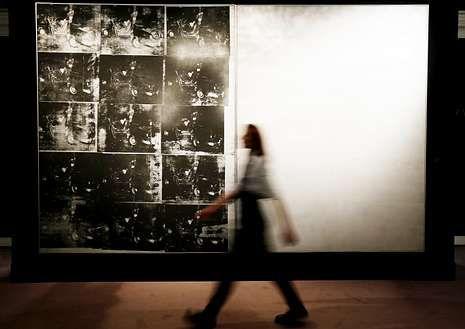 Disney estrena el corto «Get a horse» para celebrar el aniversario de Mickey.Una empleada de Sotheby?s pasa ante «Silver Car Crash», de Warhol.