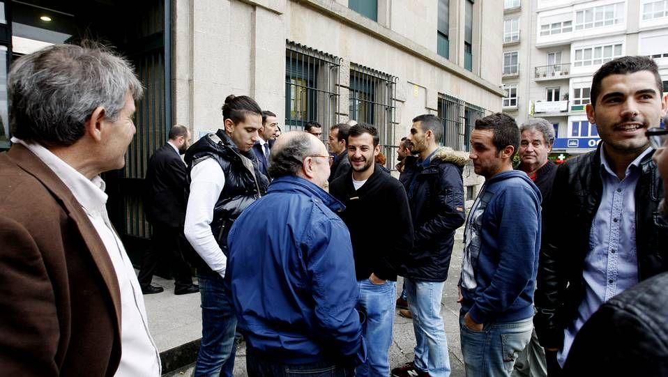 Así fue el escrache de los policías locales de Madrid al concejal de Podemos.Jugadores y técnicos departieron con los letrados en el entorno de la sede judicial.