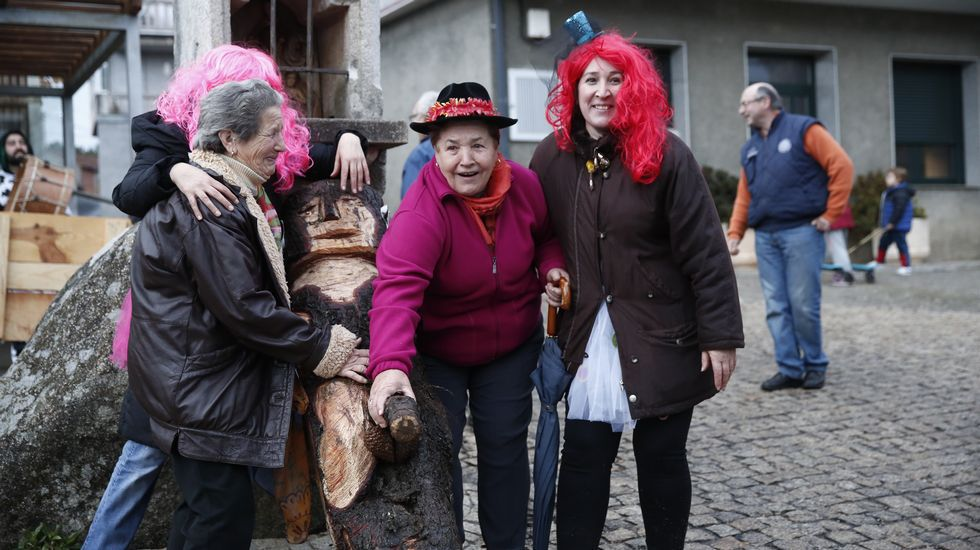 Escuelas deportivas en Ourense.El meco se coloca de pie y todos los vecinos posan con él antes de que desaparezca durante la noche para, después, recorrer el pueblo con él