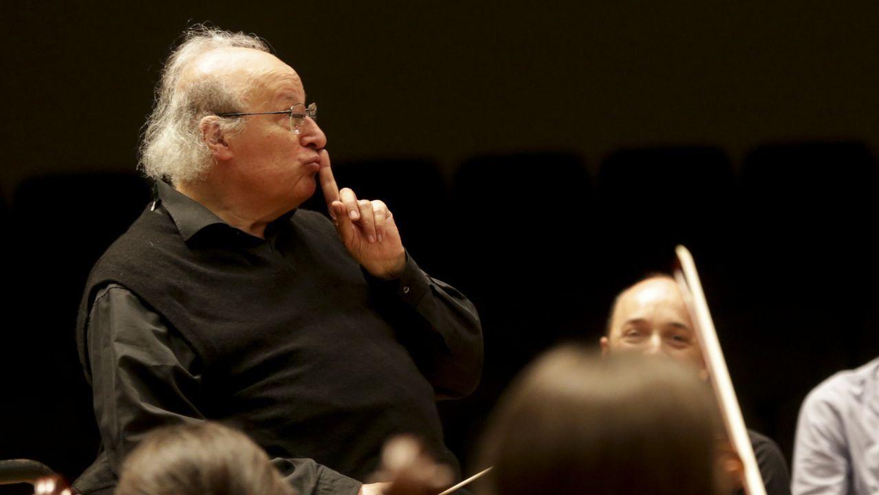 Inbal asume su papel como una representación del compositor ante los músicos