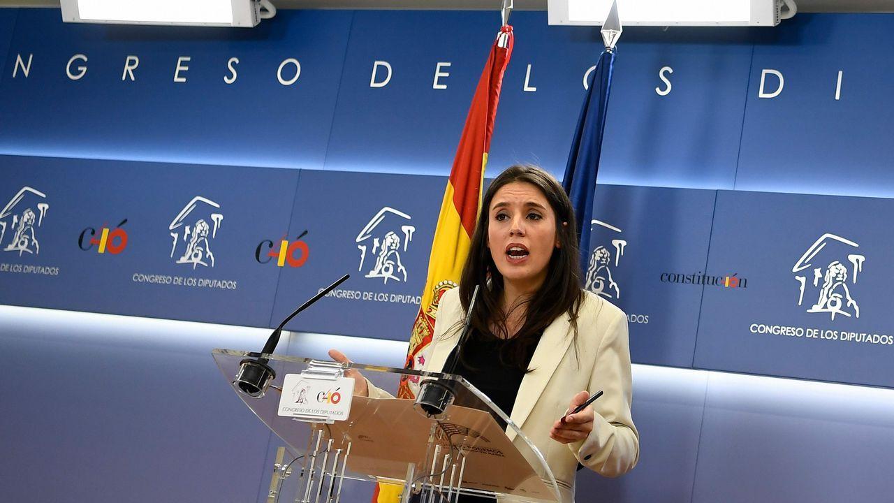 Alta tensión en el Congreso.Irene Montero y Pablo Iglesias conversan en el Congreso con Joan Tardá, de ERC