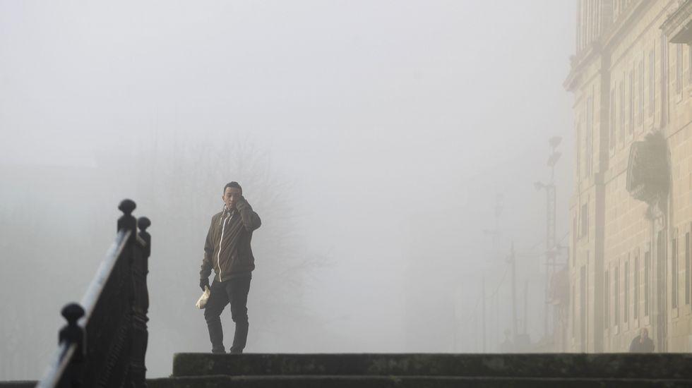 Un hombre habla por teléfono esta mañana en Monforte, en medio de la niebla de la explanada de la Compañía