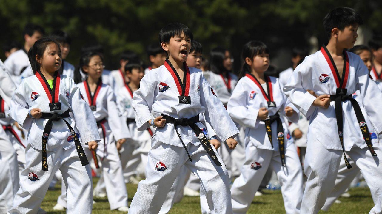 Encuentro histórico entre los líderes de las dos Coreas tras 65 años de conflicto.Centenares de niños participaron en una exhibición de taekuondo en Seúl a favor de la paz