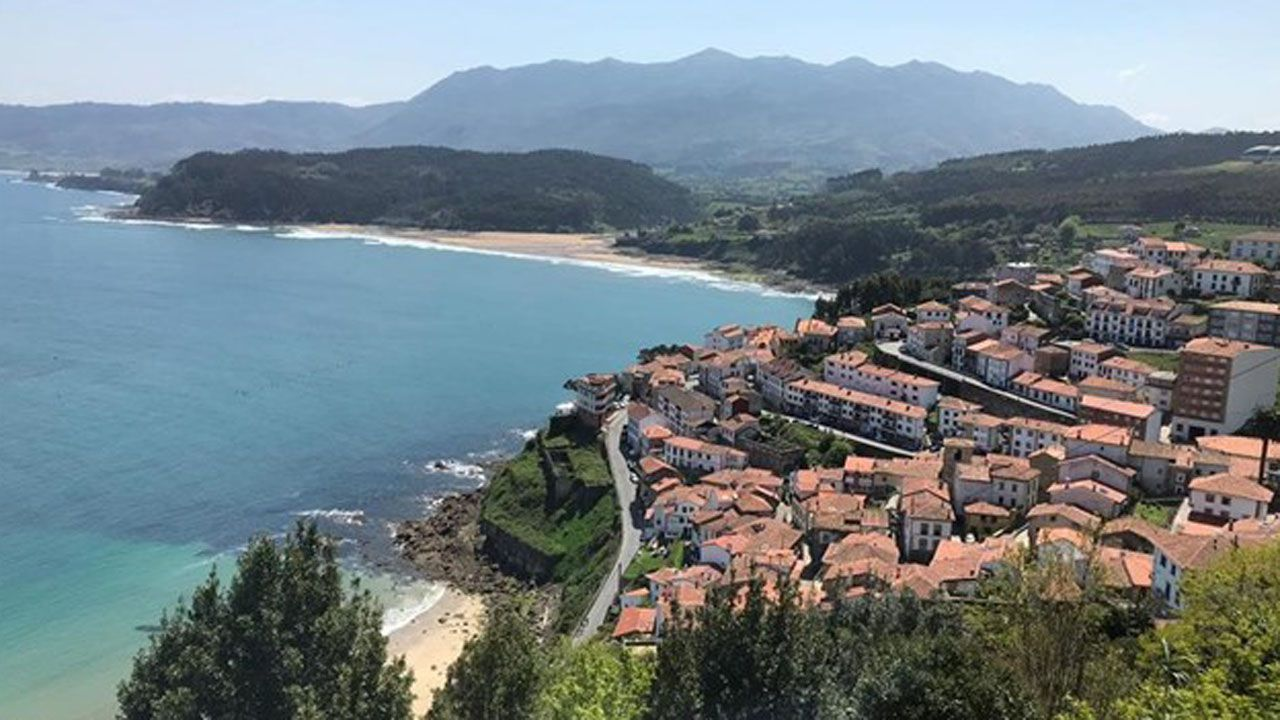 Un grupo de pescadores recoge el «campanu» del Sella, el segundo del día, capturado por Juan Antonio González, el «sastrín», en el Barcu de Arriondas..El sol predominó en marzo en Asturias