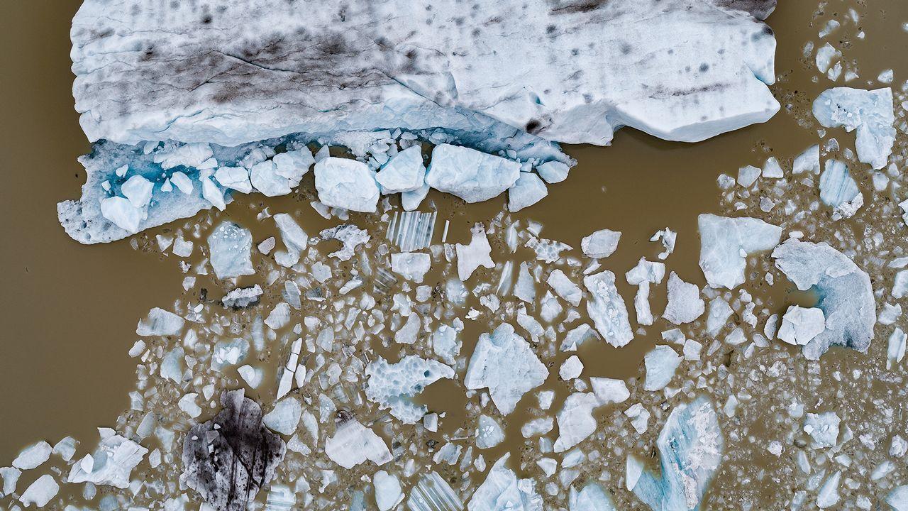 Una glaciar rompiéndose en fragmentos