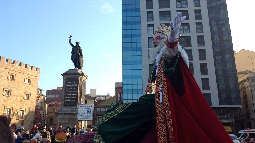 El rey Melchor, a su llegada a la plaza del Marqués, junto a la estatua de Pelayo