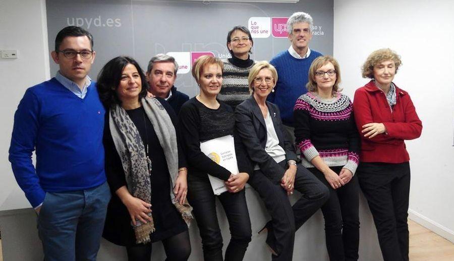 La presidenta del colectivo lucense, Marta López (cuarta por la izquierda), junto a Rosa Díez (UPyD) en Madrid.