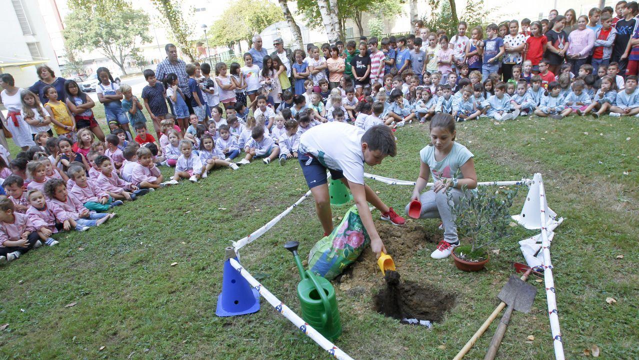 Los alumnos del Ponzos recuerdan a su profesor Arturo García con un homenaje el día de su cumpleaños