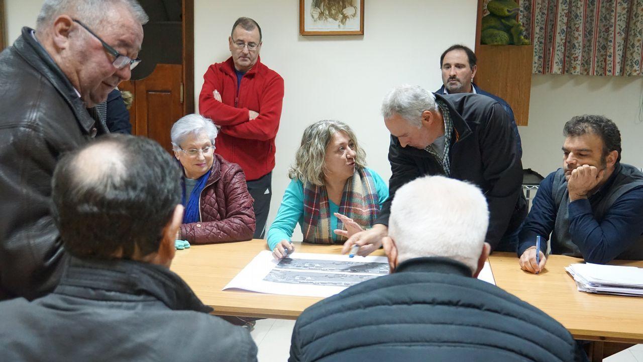 Activistas de Greenpeace escalan la torre de la central térmica de Meirama