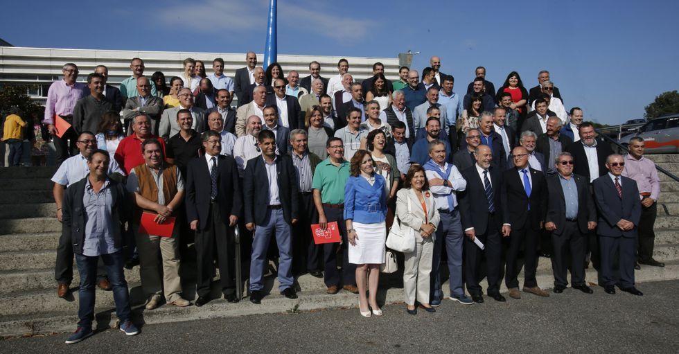 Los alcaldes y representantes de los concellos y Baltar antes de iniciarse el encuentro.