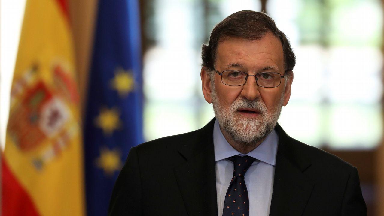 Quim Torra: «Nuestro presidente es Carles Puigdemont».Quim Torra, nuevo presidente de Cataluña, posa entre su mujer (a la izquierda) y Marcela Topor, la mujer de Carles Puigdemont