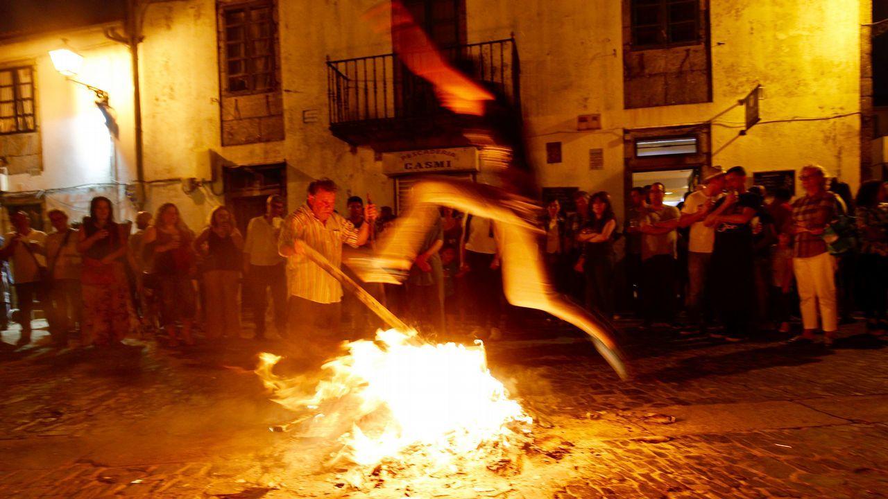 .Cacharelas de San Juan en la rúa de San Pedro, en Santiago.