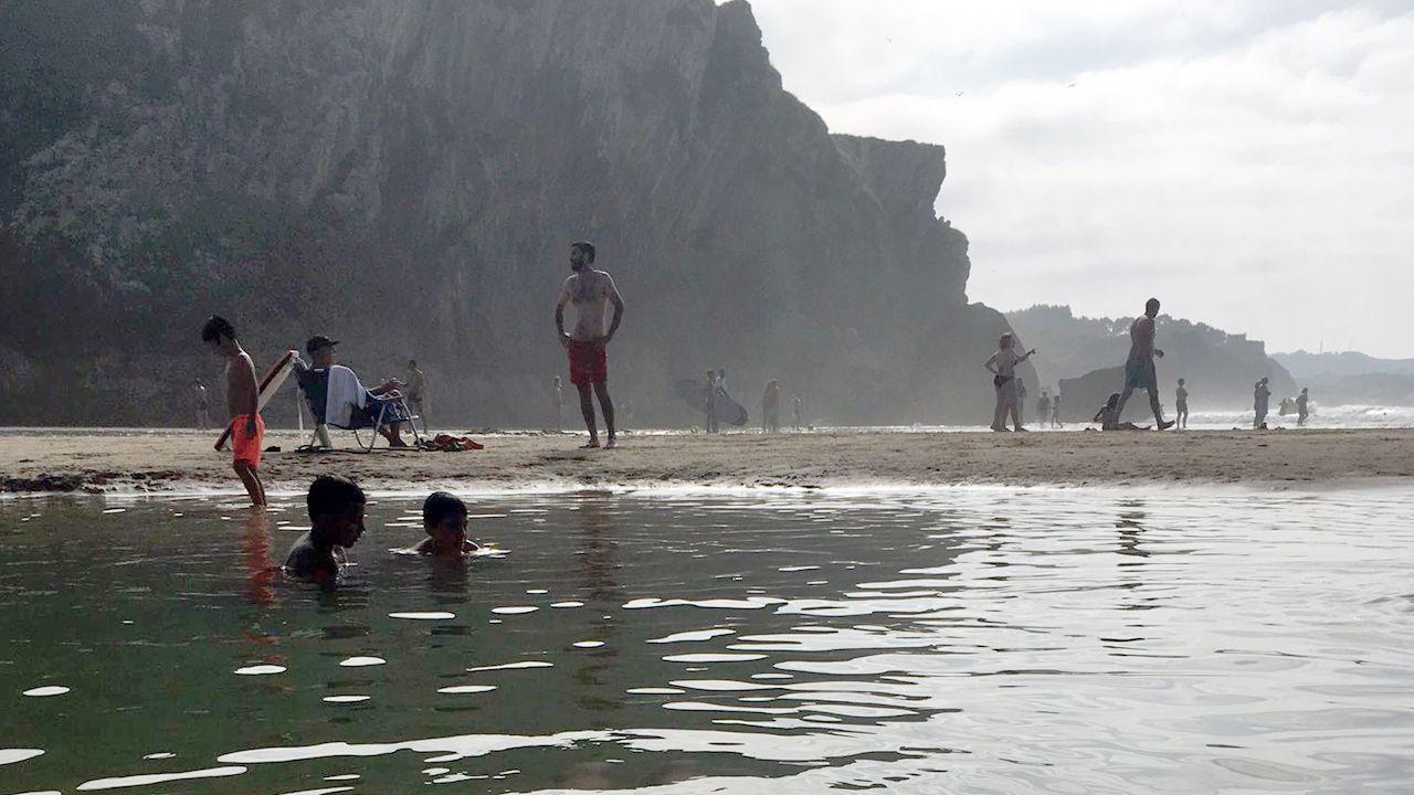 Bañistas en la playa asturiana de San Martín, en Llanes