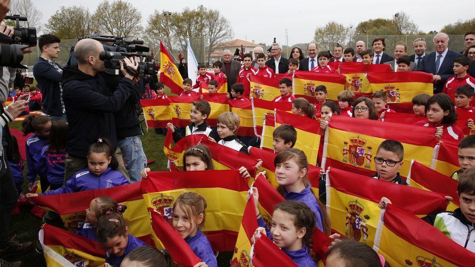 «Si no ganamos la Eurocopa, esperamos que por los menos os sintáis orgullosos de nosotros».La presencia de Del Bosque fue un acontecimiento en Maceda, donde inauguró el reformado campo de fútbol y se le dedicó una calle.