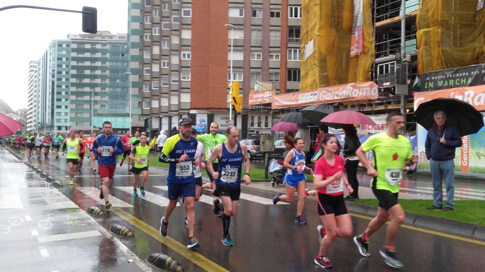 Algunos de los corredores durante la Media Maratón de Gijón