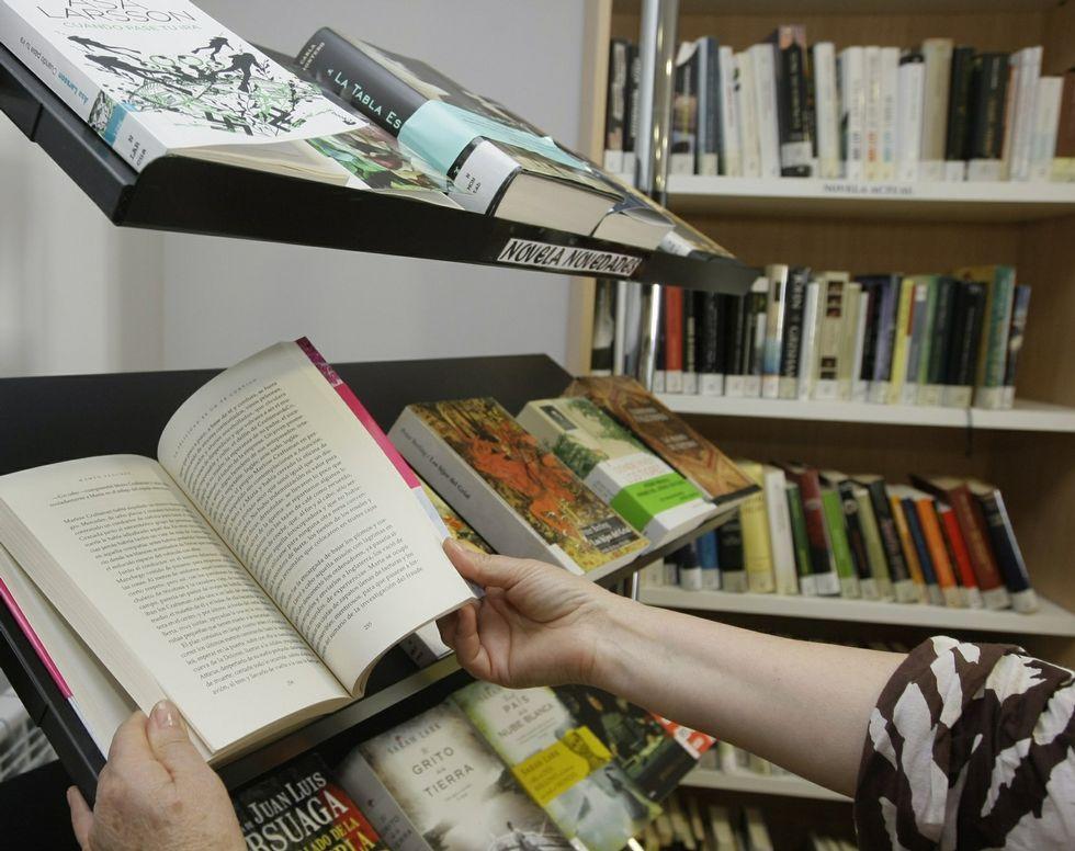 .Estantería de novedades en la biblioteca municipal de Viveiro.