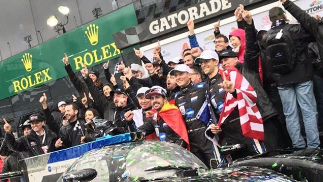 Fernando Alonso celebrado el triunfo en Daytona