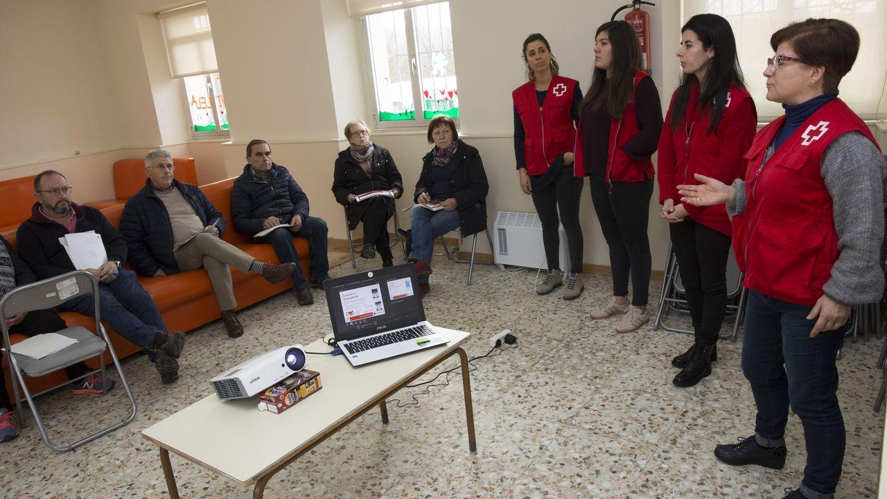 Los mayores se apuntan al aprendizaje del móvil en Vilela, Carballo: ¡álbum!