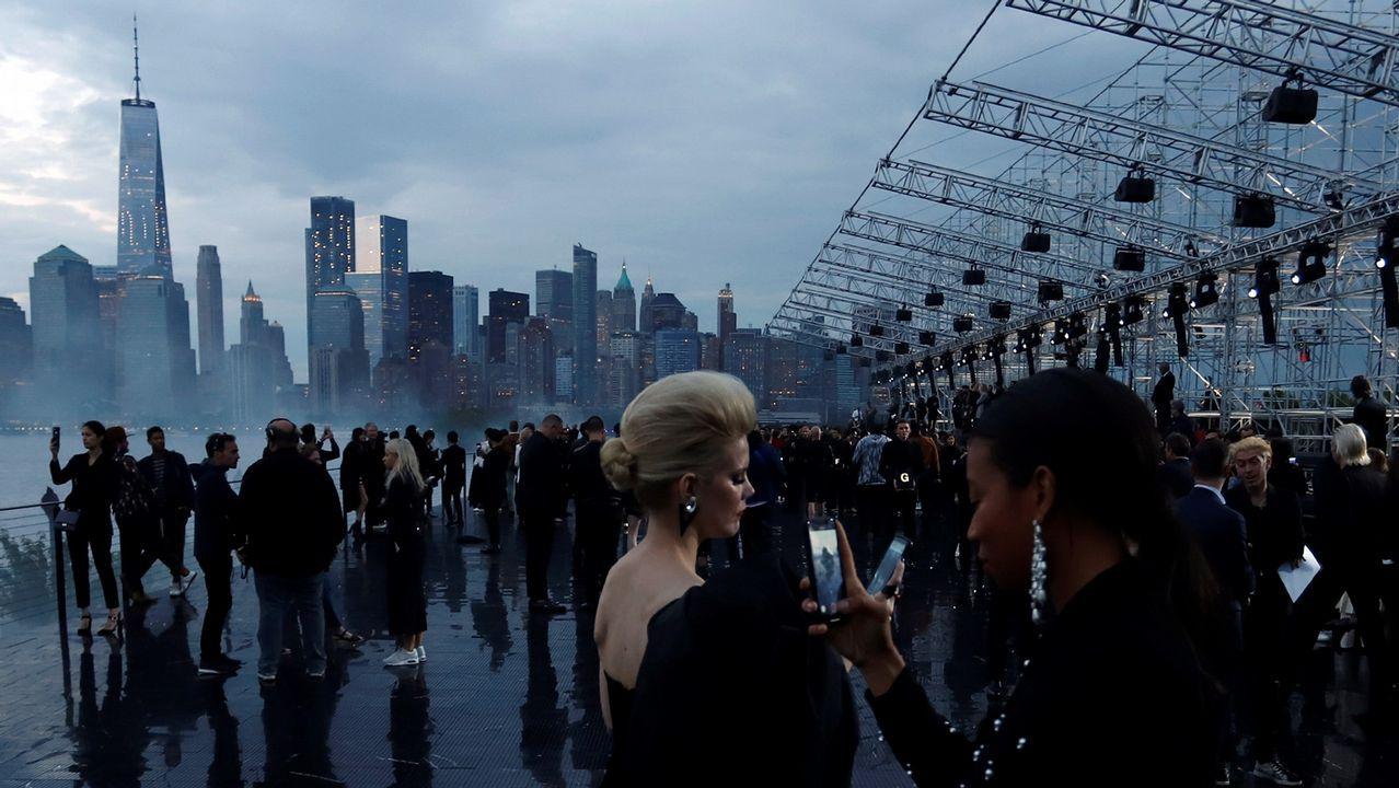 .Momentos previos al desfile de la colección de Yves Saint Laurent con el skyline de Manhattan al fondo