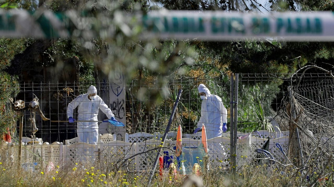 Agentes de la Guardia Civil recogen pruebas en la finca donde se produjo el crimen de Godella