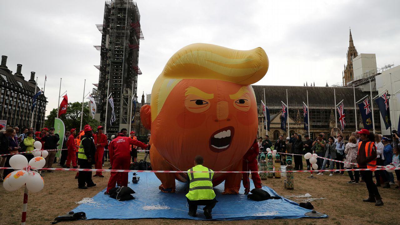 Basura arrastrada por la mareaa la playa de San Lorenzo de Gijón.El globo gigante que se burla de Trump parodia al presidente norteamericano durante su visita a Londres