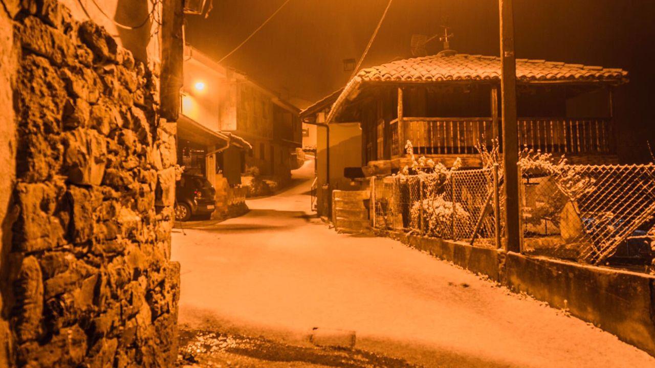 Paisaje helado y nevada del Huerna a la altura del embalse de Barrios de Luna.Así ha amanecido en La Casería, Mieres