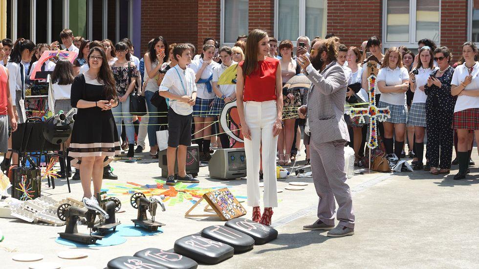 La reina Letizia interactúa con alumnos y músicos en el patio del instituto Jerónimo González, de Sama de Langreo.La reina Letizia interactúa con alumnos y músicos en el patio del instituto Jerónimo González, de Sama de Langreo