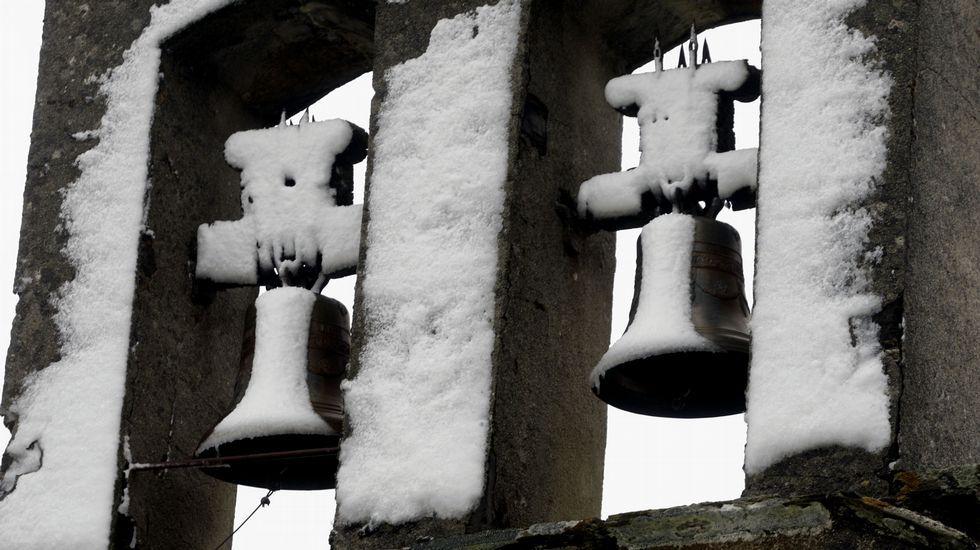 La nieve decoró las campanas de la iglesia de Foilebar, en O Incio