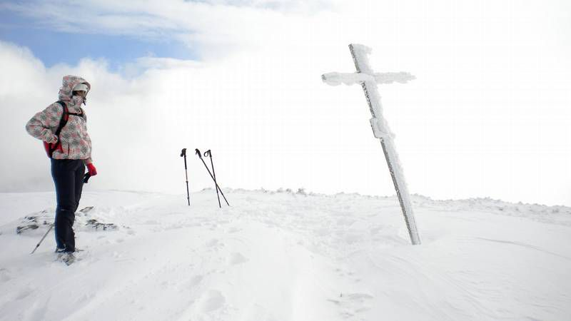 Una reparación de «altura».Os irmáns José e Vicente Simón Ratón, coa neve do Faro ao fondo