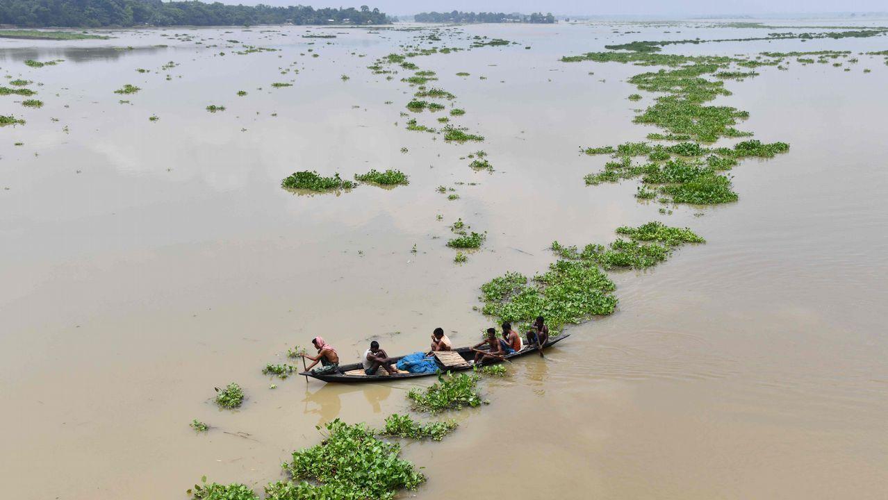 .Habitantes de la India, en un bote en la aldea de Ashigarh afectada por las inundaciones en el distrito de Morigoan