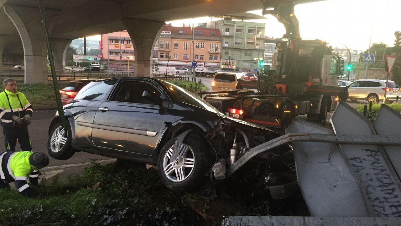 Tres jóvenes salen ilesos de un aparatoso accidente en A Pasaxe