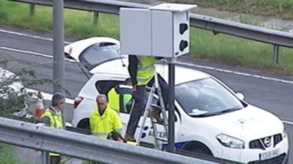 Jesús Calleja interviene para evitar un incendio en la autopista del Huerna.Radar en Oviedo