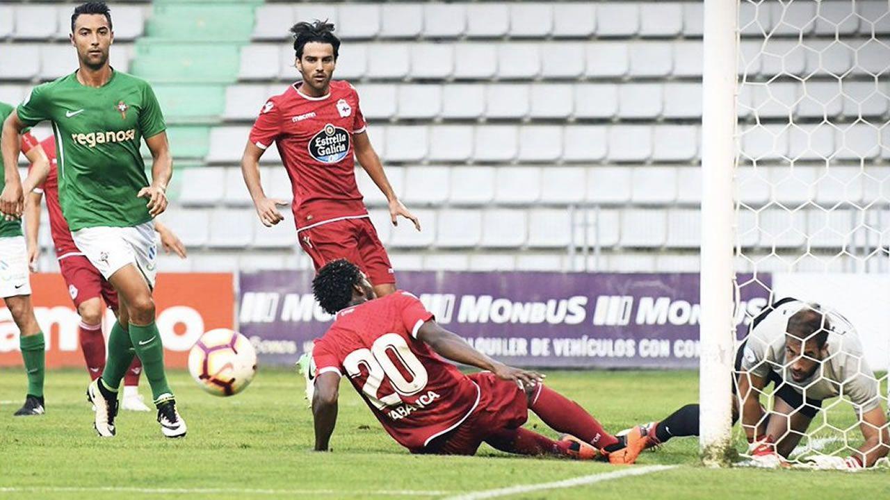 .Una acción en el duelo entre el Racing de Ferrol y el Deportivo