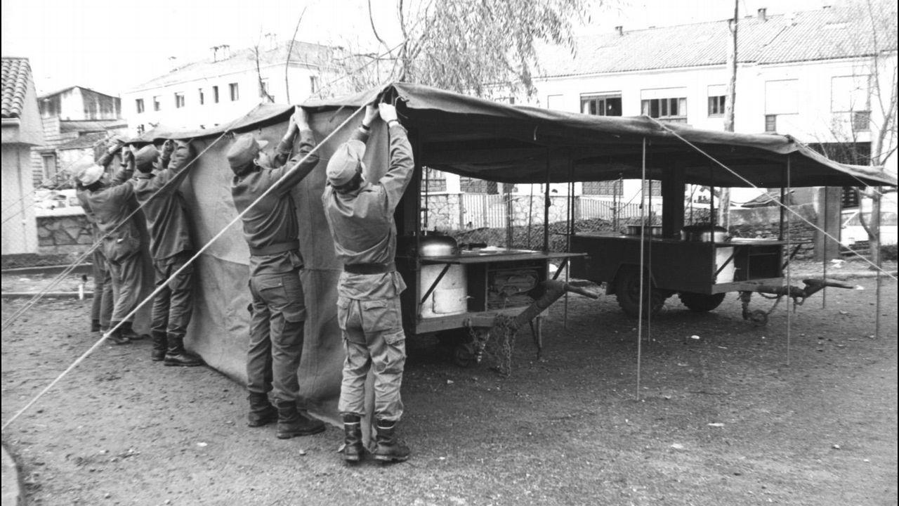 Soldados del Ejército de Tierra montan una cocina improvisada para atender a los cientos de vecinos que huyeron de la Costa da Morte.