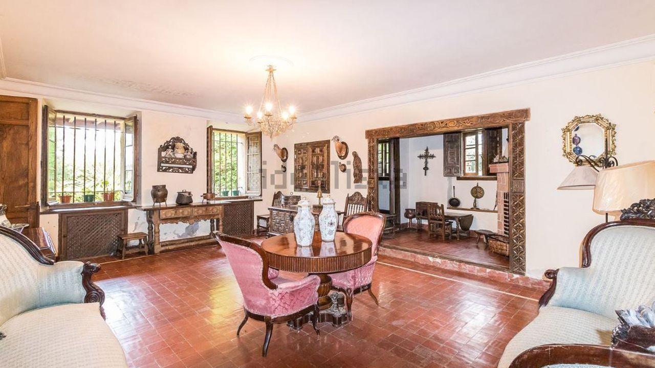 Interior de la casa de San Cucao (Llanera) que vende la familia Franco por cinco millones de euros