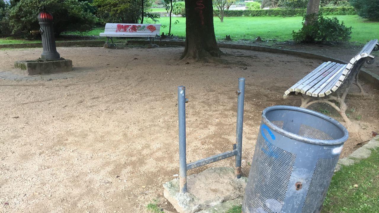 Los actos vandálicos y la falta de mantenimiento siguen dejando huella en el parque, donde muchos bancos tienen pintadas y hay papeleras rotas