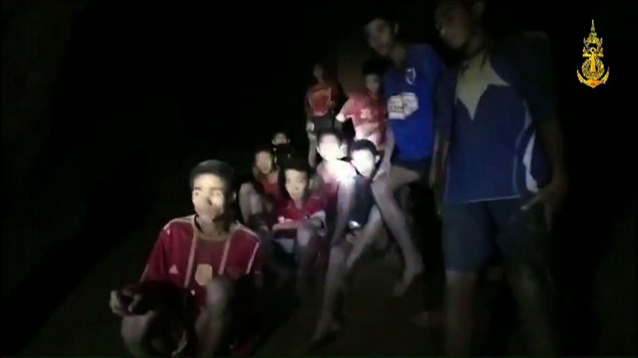 Encuentran a los 12 niños desaparecidos en Tailandia tras pasar 9 días en una cueva inundada