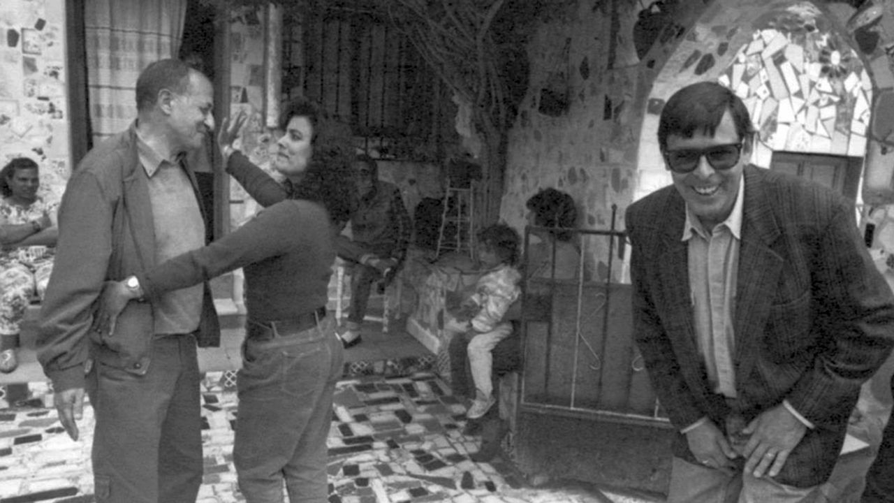 Batalla de Porteros Ángel & Pato.Valente bromea con Juan Goytisolo durante una visita con unos amigos al barrio almeriense de La Chanca, en 1995