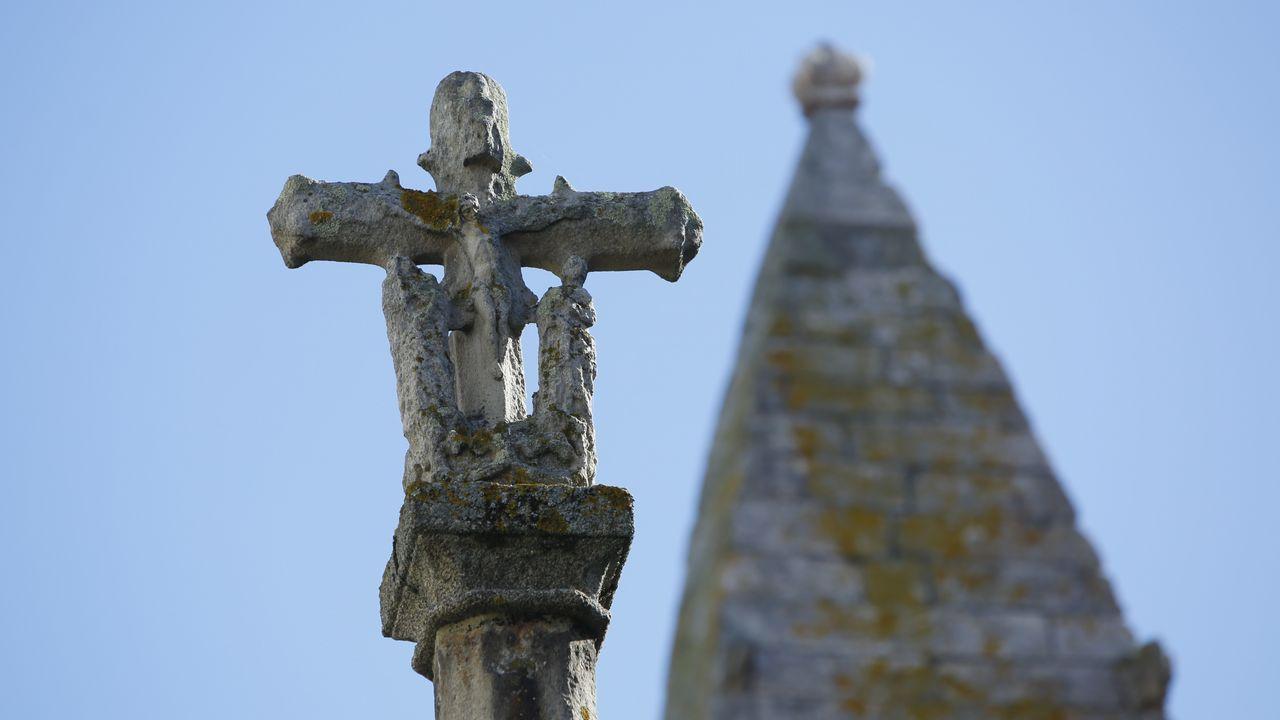La colegiata. Parte de la figuración del cruceiro, de los más importantes de Galicia, resulta ya irreconocible en una obra del siglo XV que debe ser protegida en un museo.