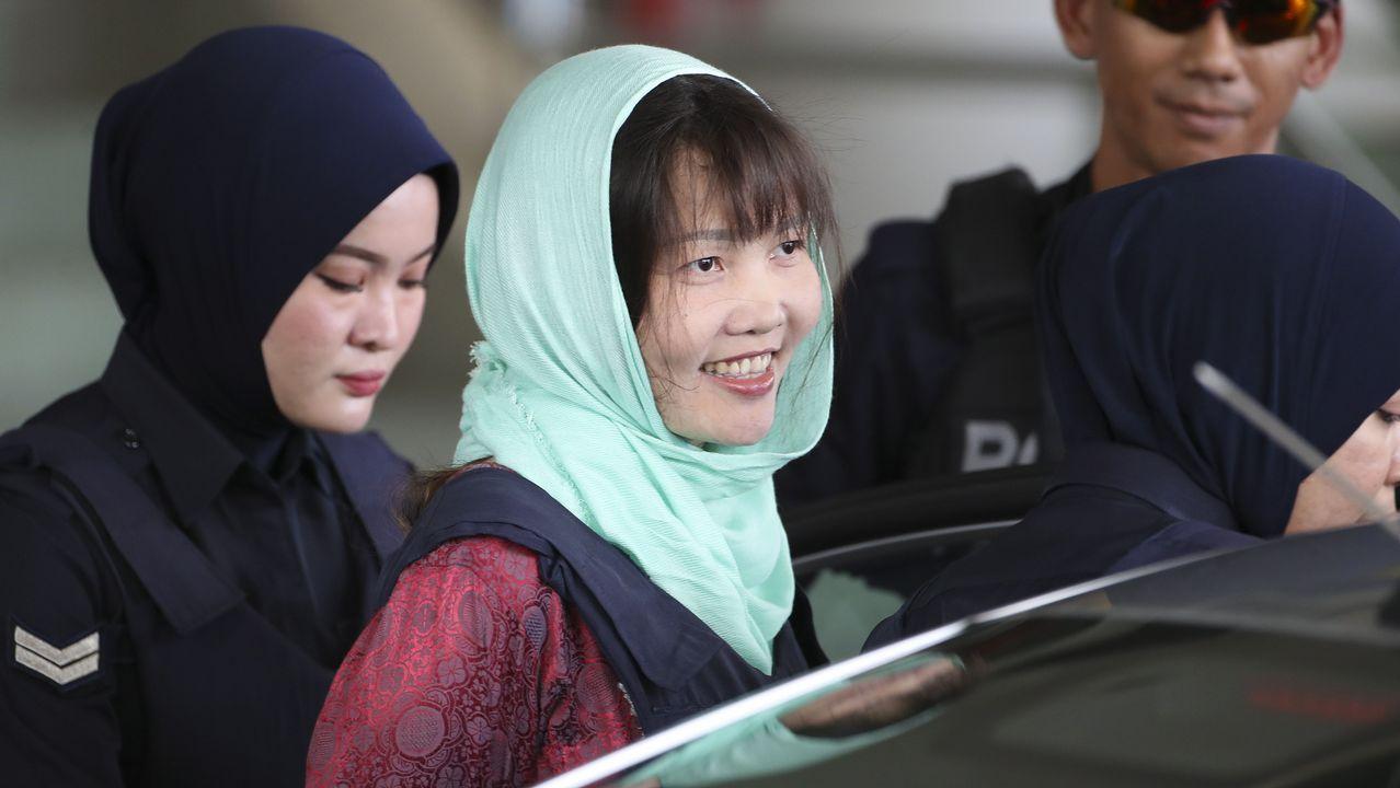 Doan Thi Huong sonríe a la salida del tribunal