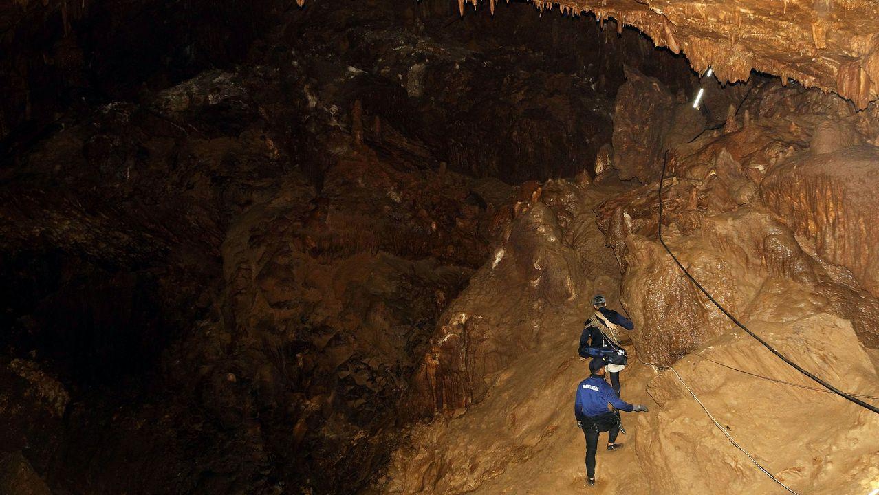 Miembros del ejército de Tailandia durante la búsqueda de un equipo de fútbol desaparecido en una cueva