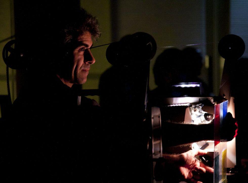 Luis Macías, en una proyección de una cinta de super-8, un formato sobre el que imparte talleres.