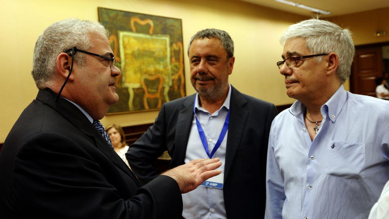 .Manuel Prieto, abogado del maquinista, entre éste y el presidente de la comisión del Alvia (a la izquierda)