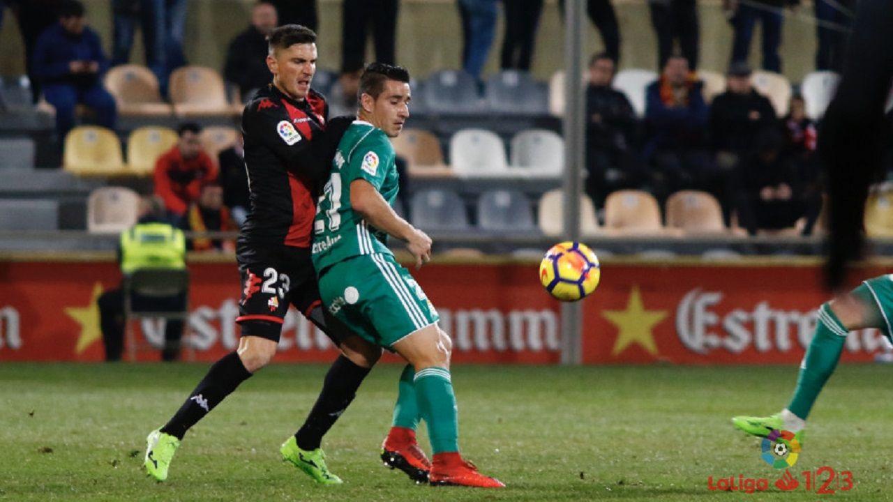 Berjon Real Oviedo Reus.Berjon controla un esferico ante la oposicion de Tito