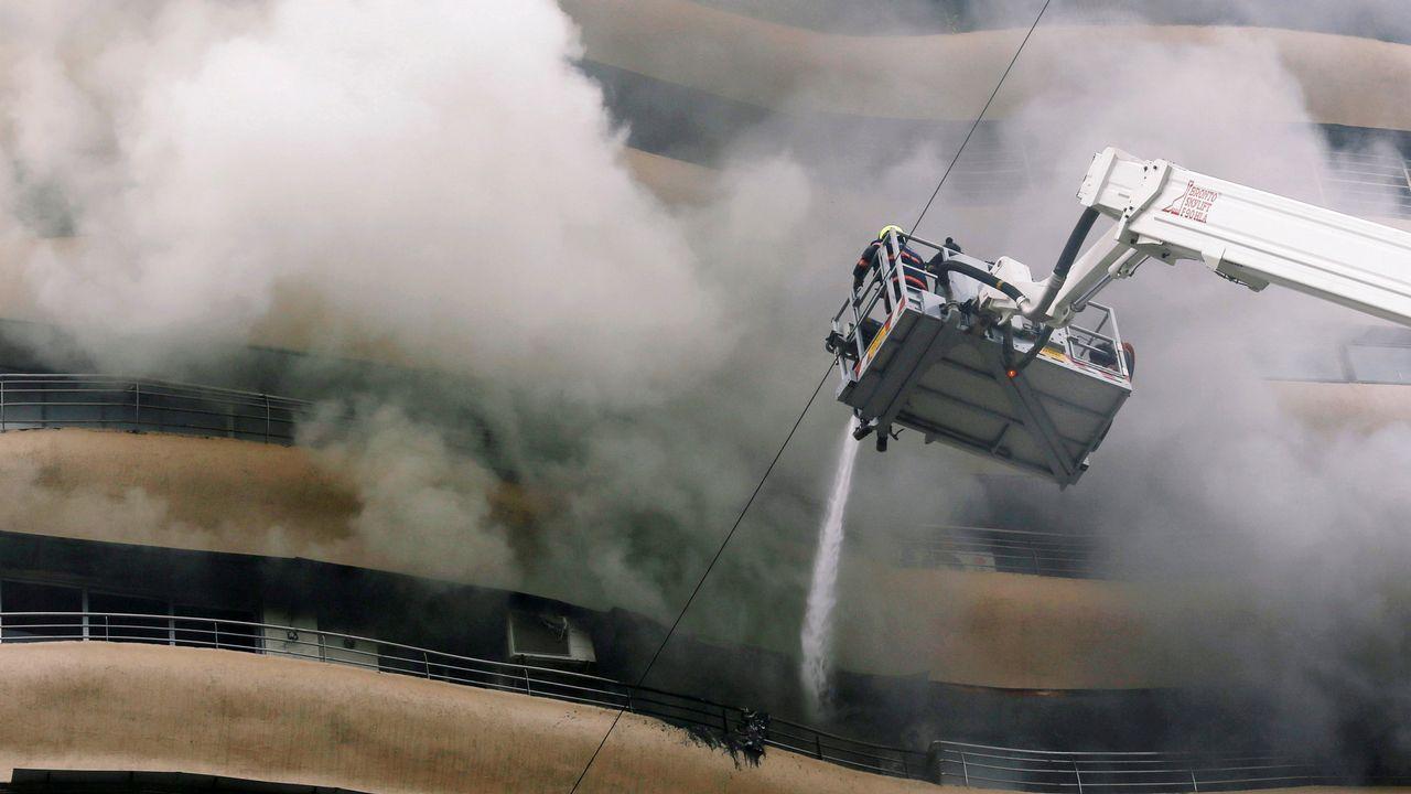Los bomberos tratan de controlar un fuego en India.