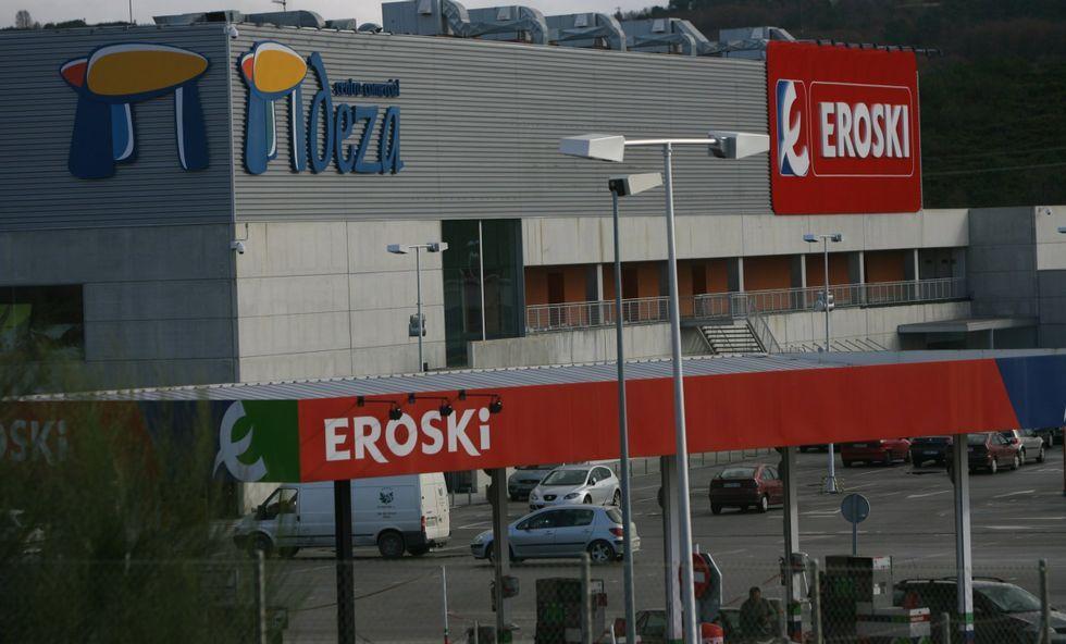 Los rótulos de Eroski pueden desaparecer del centro comercial Deza en próximos meses.