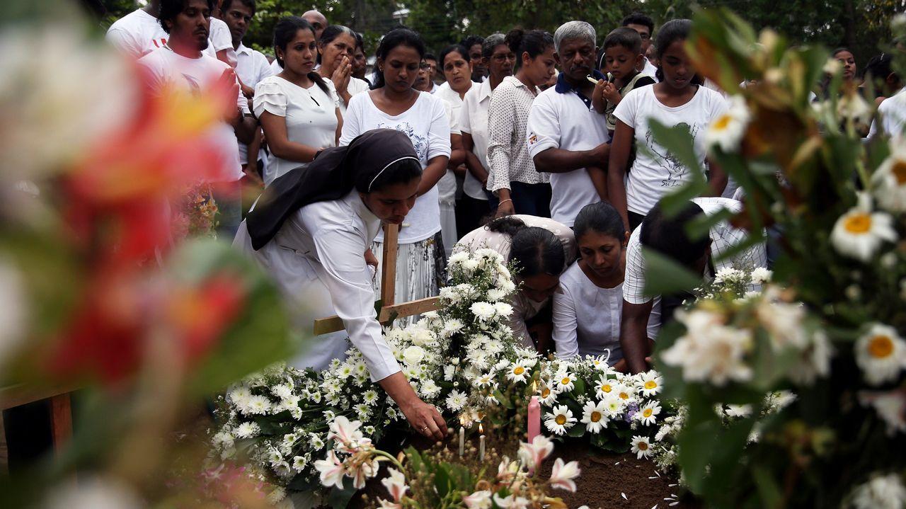 Un grupo de personas asiste al entierro de una de las víctimas del atentado
