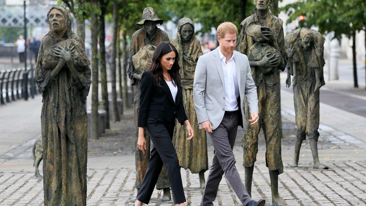 .Los duques de Sussex Harry y Meghan caminan entre un memorial a las víctimas del hambre en Dublín
